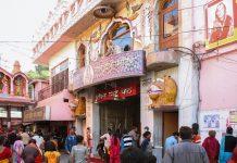 Der Mata Mandir-Tempel in Amritsar ist durch seine außergewöhnliche, nahezu comichafte Ausstattung an Grotten und Schreinen berühmt, Indien - © Diego Delso CC BY-SA3.0/Wiki