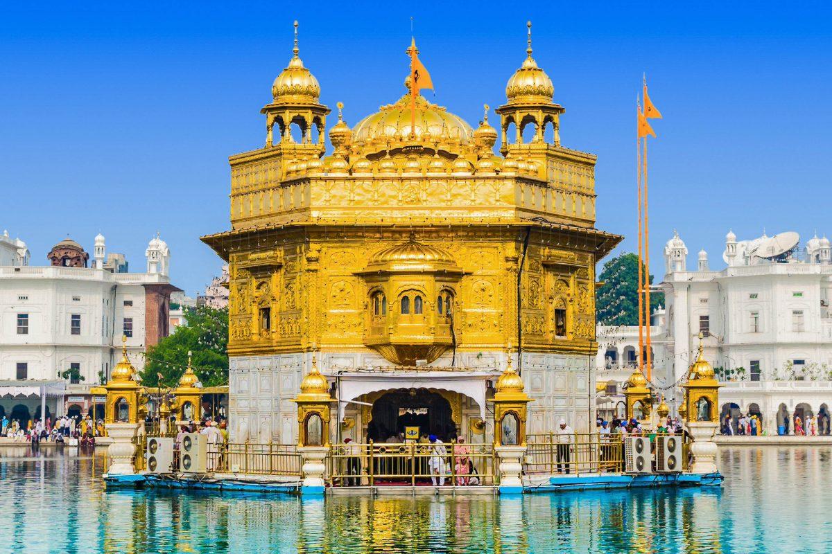In den heiligen Hallen des Goldenen Tempels von Amritsar, Indien, werden Verse aus dem Heiligen Buch der Sikh vorgelesen - © saiko3p / Shutterstock