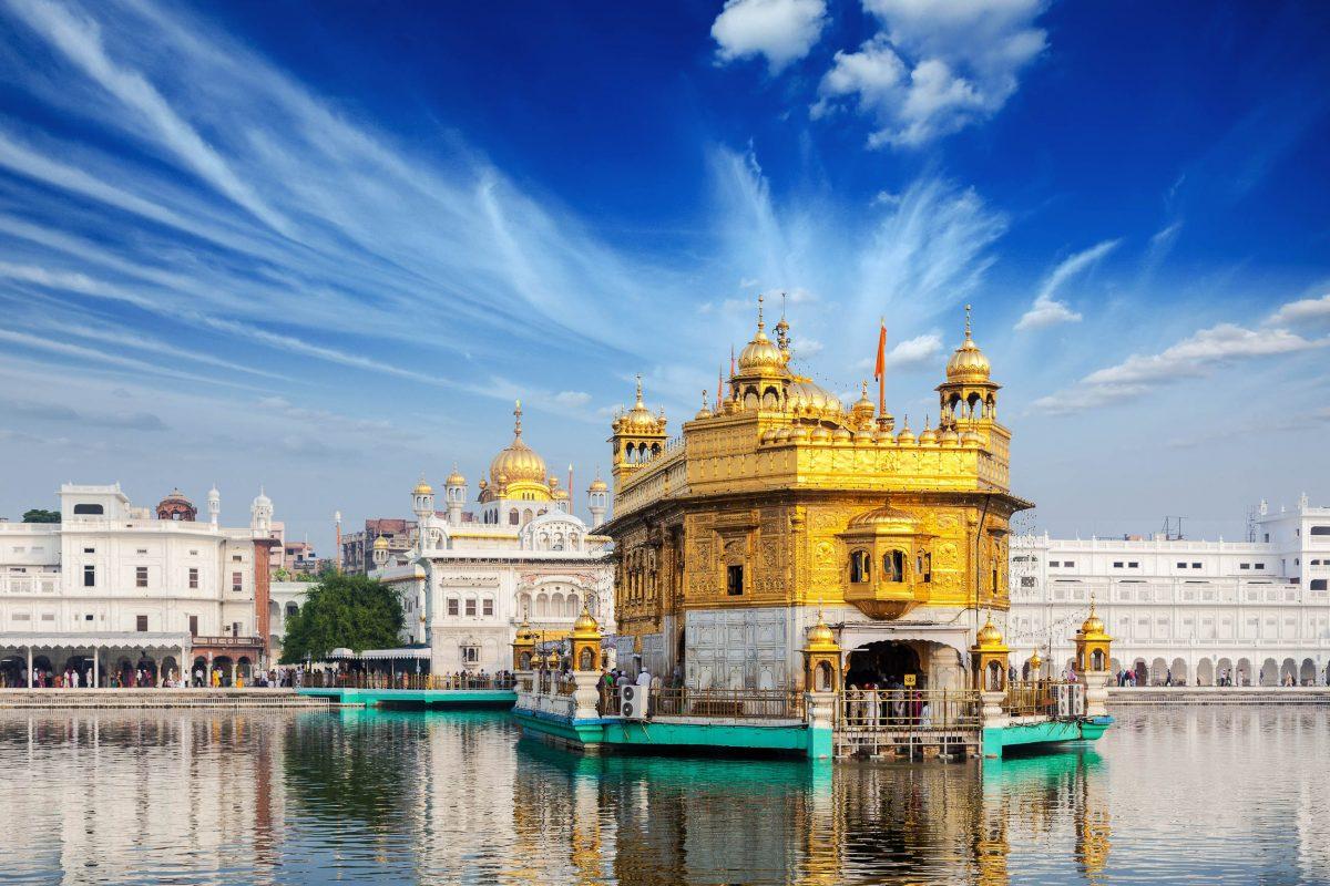 Umgebung und Innenräume des Goldenen Tempels von Amritsar sind kostbar geschmückt und penibel gepflegt, Indien - © f9photos / Shutterstock