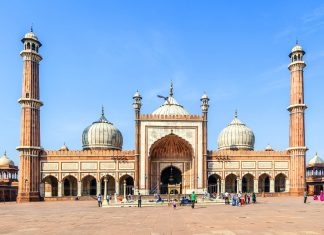 Die Jama Masjid in Delhi ist die größte Moschee Indiens und die größte Freitagsmoschee der Welt - © Jorg Hackemann / Shutterstock