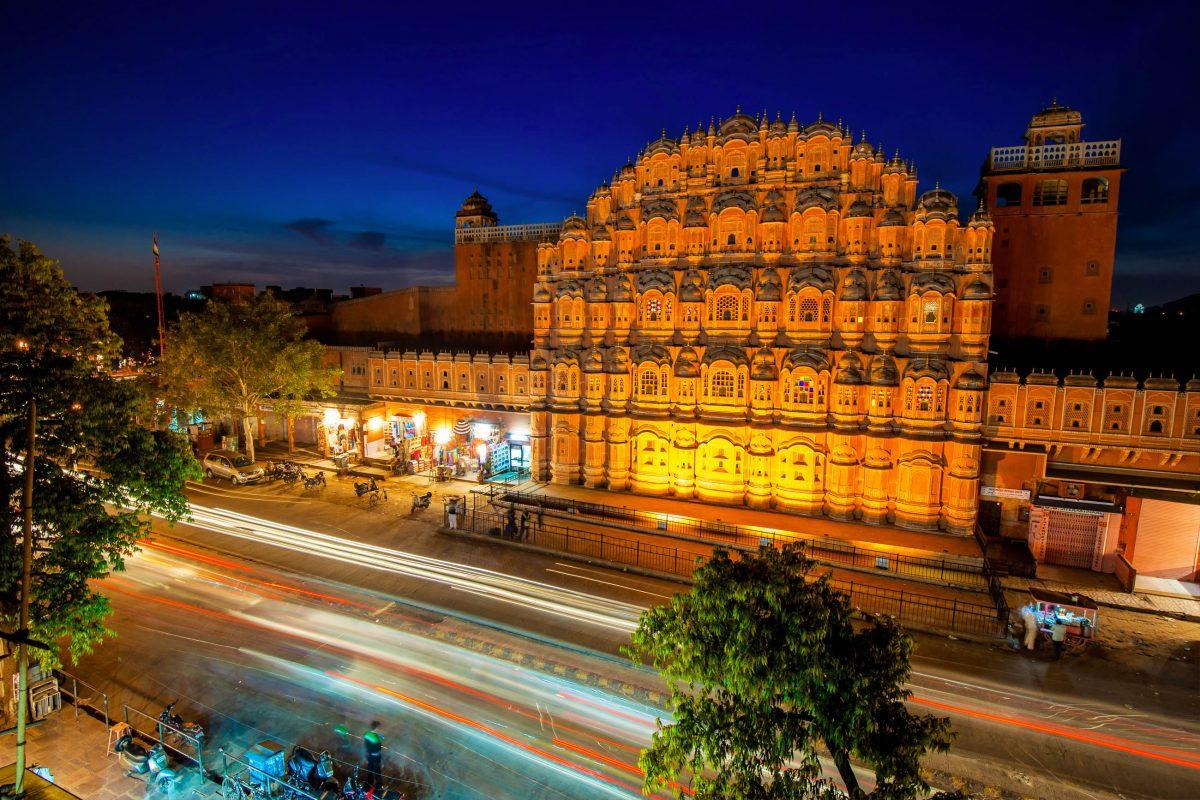 Der prächtige Hawa Mahal, der Palast der Winde, befindet sich in Jaipur im Norden Indiens - © javarman / Shutterstock