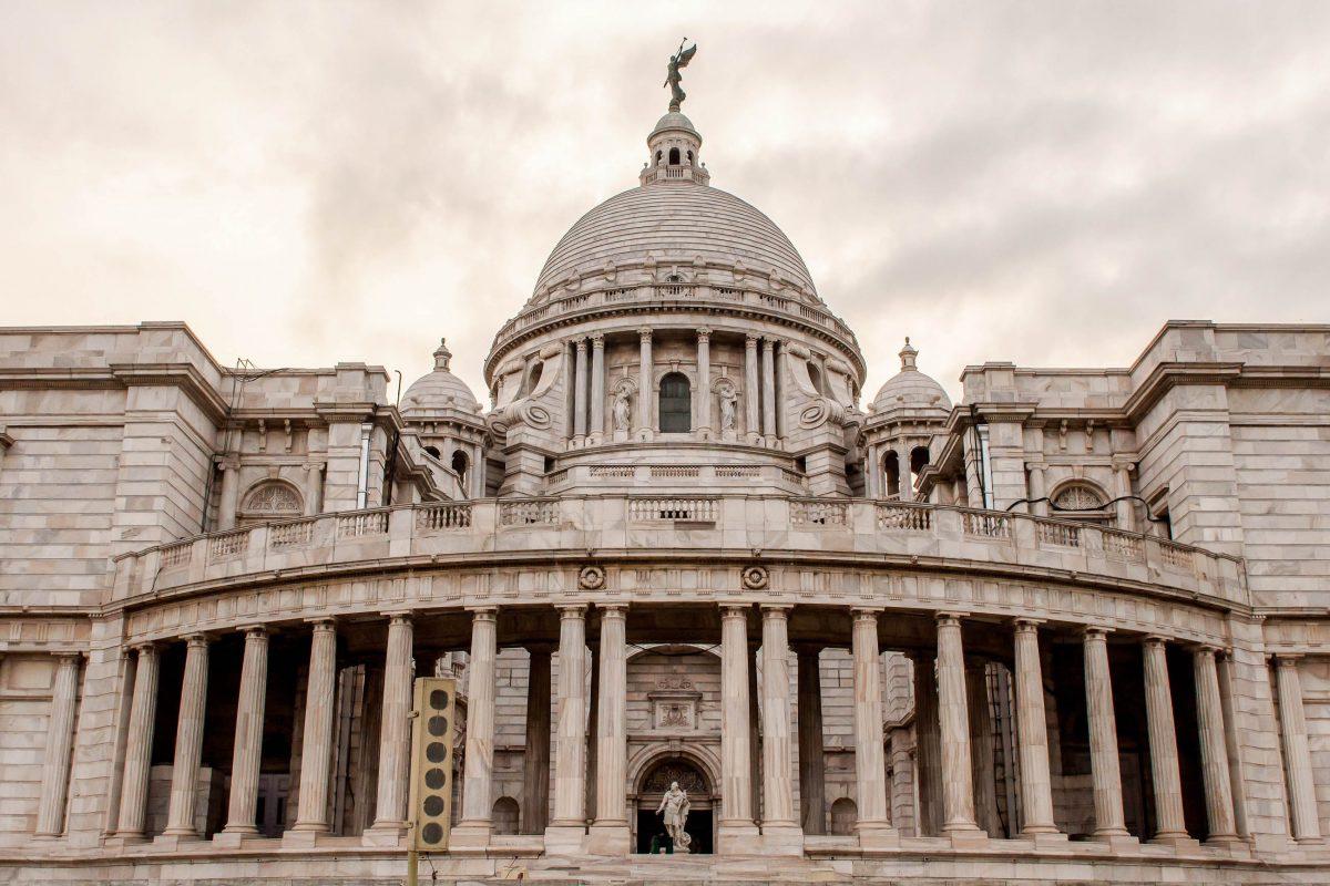 Auf der Spitze der gigantischen Kuppel des Victoria Memorials in Kalkutta thront eine fast 5m hohe Statue der Siegesgöttin Victoria, Indie - © SIHASAKPRACHUM / Shutterstock