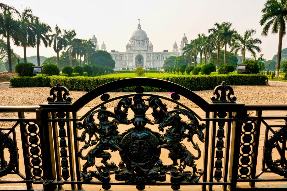 Das Victoria Memorial in Kalkutta ist von einer prachtvollen Gartenanlage umgeben, Indien - © Luciano Mortula / Shutterstock