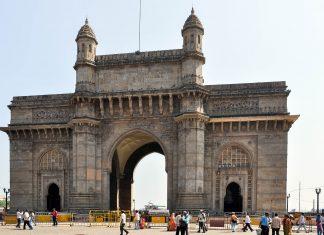 Das Gateway of India ist ein monumentaler steinerner Torbogen iund das berühmteste Wahrzeichen der Stadt Mumbai, Indien - © Jan S. / Shutterstock