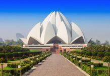 Der Lotustemepel in Neu Delhi ist von malerischen Gärten und Teichen umgeben, Indien - © saiko3p / Shutterstock