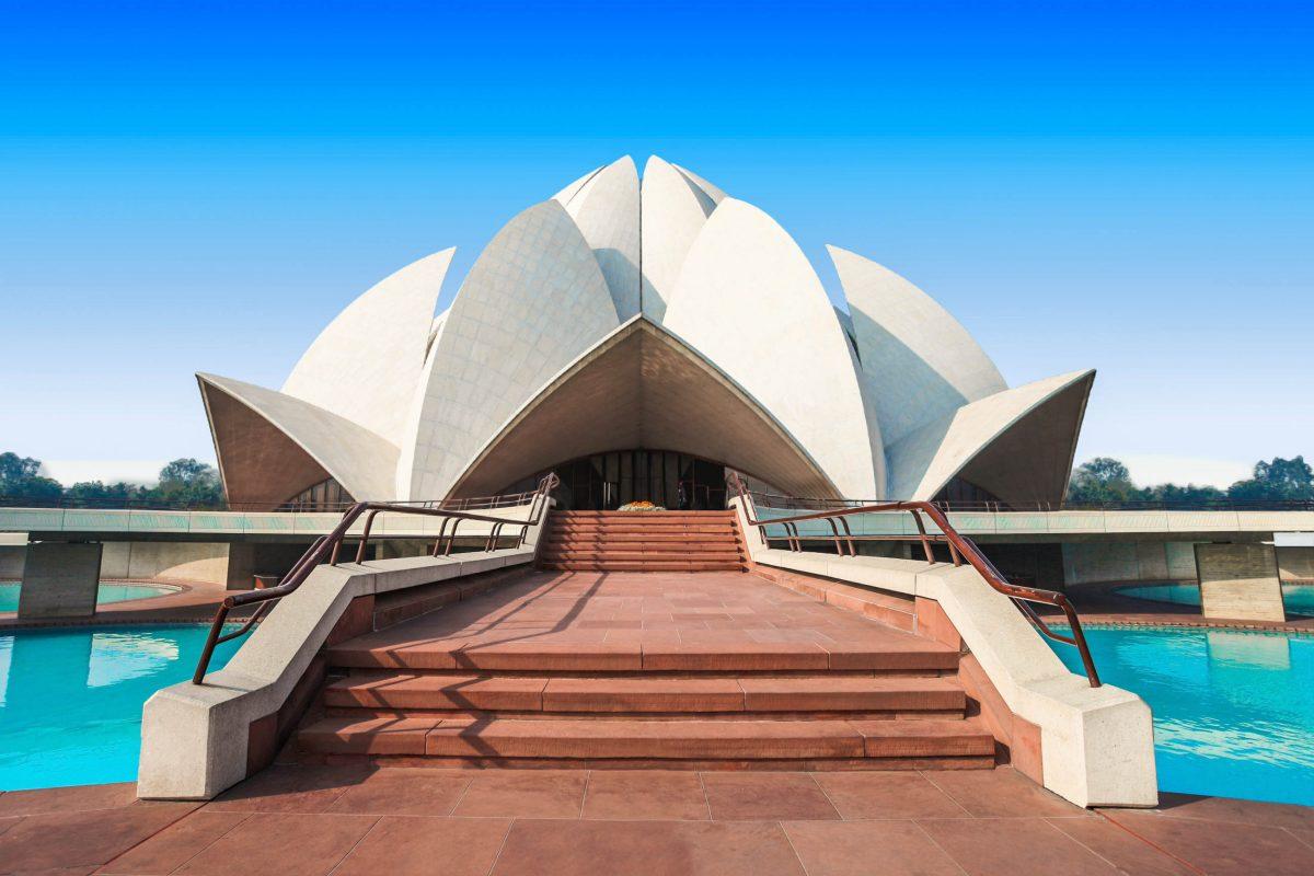 Ungeachtet seiner Religion darf den Lotustempel in Neu Delhi, Indien, jeder betreten und Gott seine Ehrerbietung darbringen - © saiko3p / Shutterstock