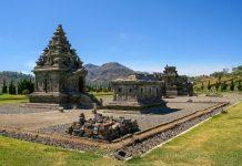 Auf dem Dieng Plateau wurden ursprünglich über 400 Hindutempel in der für Hindutempel charakteristischen spitz zulaufenden Form erbaut, Indonesien - © ezk / franks-travelbox