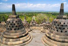 Blickt man von der obersten Stupa des Borobudur rings um, fühlt man sich ob des Anblicks der umgebenden Vulkankette und des sanften Sonnenlichts, wie auf einem anderen Stern, Indonesien - © ezk / franks-travelbox