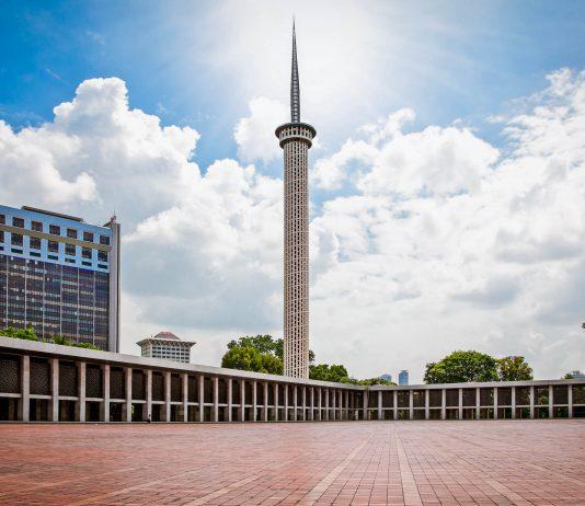 Mit ihrem riesigen Innenhof und den großzügigen Räumlichkeiten bietet die Istiqlal-Moschee in Jakarta, Indonesien, 120.000 Gläubigen Platz - © Aleksandar Todorovic / Shutterstock