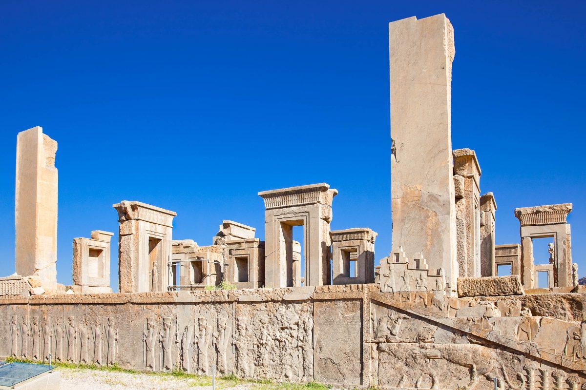 """Der Palast von Xerxes I. liegt im Osten von Persepolis am Ende der """"Straße der Armee"""" und wird auch """"Hundert-Säulen-Saal"""" genannt, Iran - © Aleksandar Todorovic / Shutterstock"""
