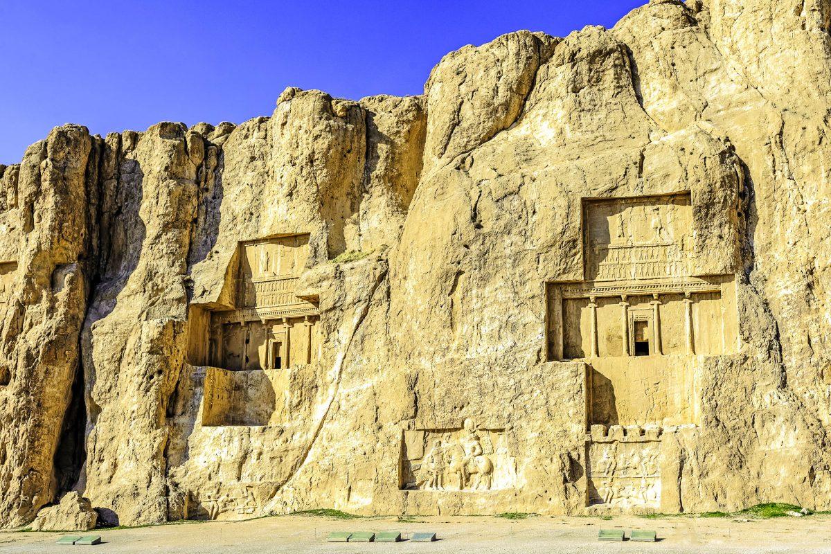 DIe Königsgräber und seine kunstvollen Felsreliefs bei der archäologische Stätte Naqsch-e Rostam, Iran - © Ko.Yo / Shutterstock