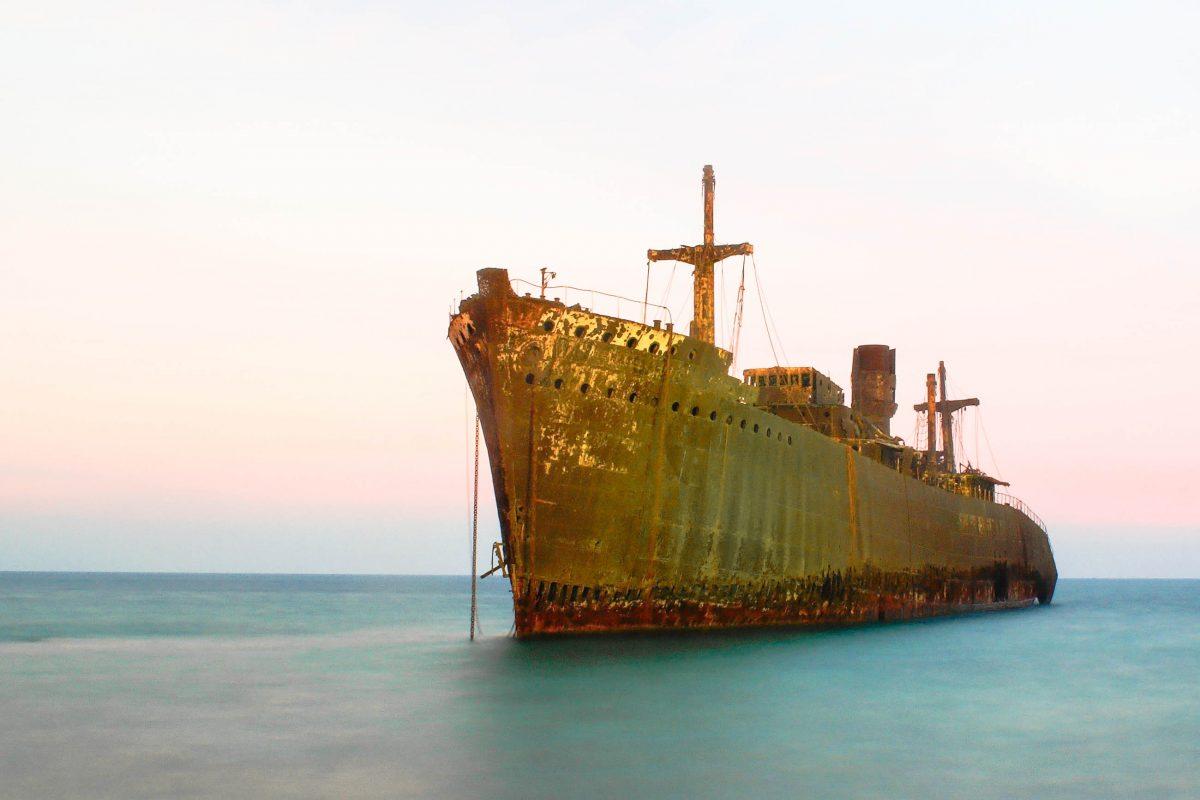 Griechisches Schiffswrack an der Küste im Südwesten der Insel Kisch im Iran - © Koshyar / Fotolia