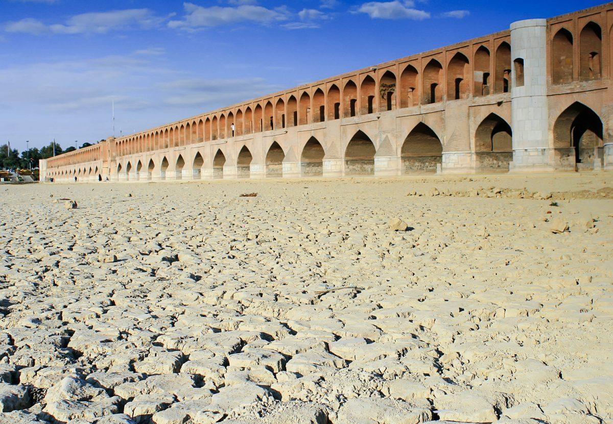 Die 33-Bogen-Brücke wenn der Zavenda Rud ausgetrocknet ist, Isfahan, Iran - © Anna Azimi / Shutterstock