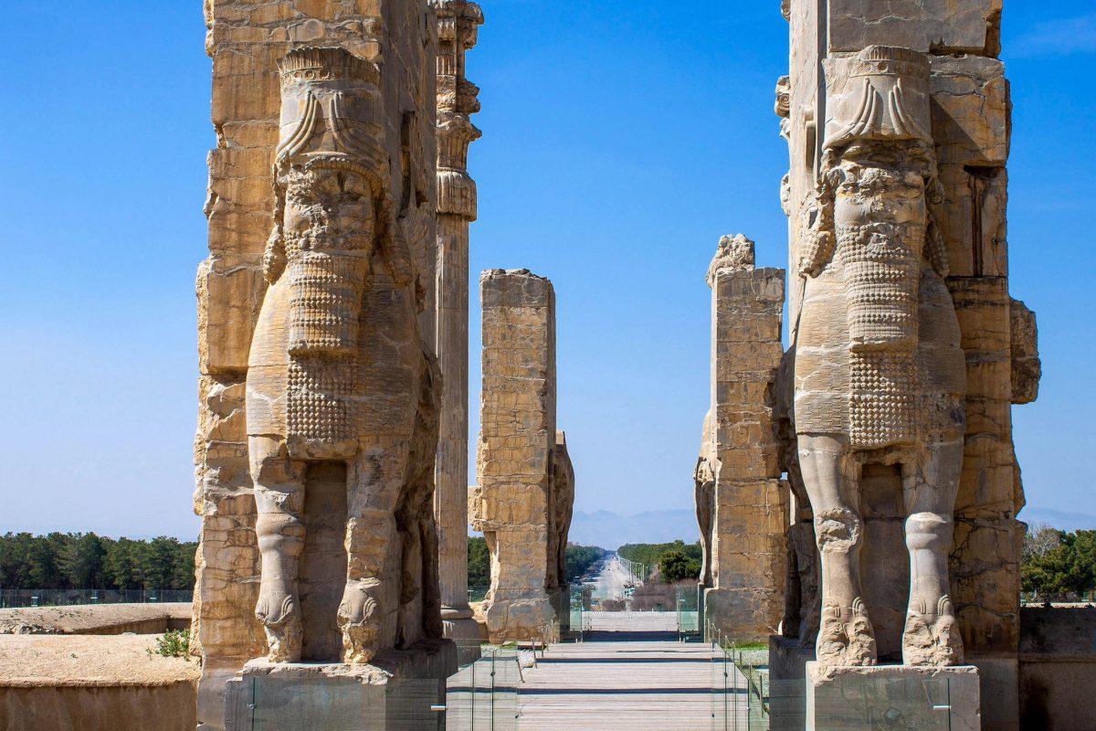 """Das """"Tor aller Nationen"""" war einst der Eingang in den monumentalen Xerxes-Palast in der Ruinenstadt Persepolis im Iran - © M R / Shutterstock"""