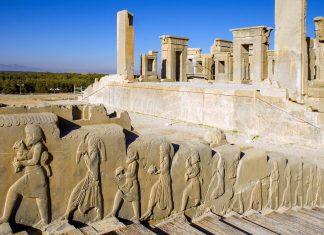 Persepolis, die ehemalige Stadt der persischen Könige im Iran, ist über und über mit kunstvollen Reliefs dekoriert - © arazu / Shutterstock