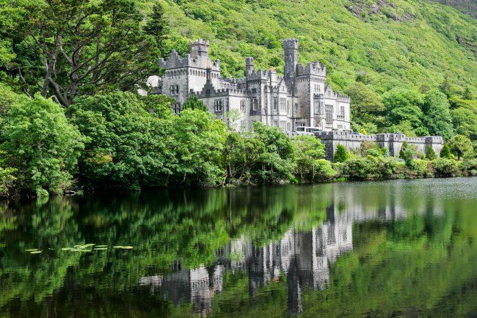 Blick auf Kylemore Abbey, das älteste Benediktinerkloster Irlands welches zu den meist fotografierten Gebäuden des Landes gehört - © EcoView / Fotolia