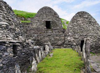 Das Kloster auf Skellig Michael liegt auf 180m Höhe, die Zellen, Gebetsräume, eine Kapelle, Schutzwälle und die steinernen Terrassen sind über fast 600 Stufen zu erreichen, Irland - © AndreaJuergensmeier/Shutterstock