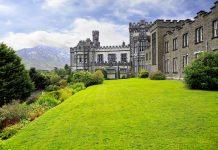 Das märchenhafte Schloss der Kylemore Abbey wurde 1870 vom einflussreichen Kaufmann und Politiker Mitchell Henry und seiner Gattin Margaret errichtet, Irland - © yykkaa / Shutterstock