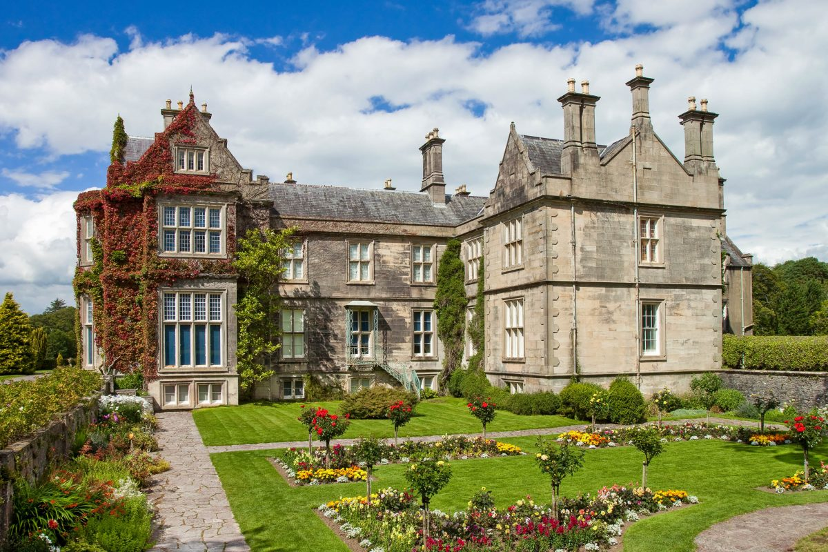 Das prachtvolle Muckross House gilt als touristisches Zentrum des Killarney Nationalparks in Irland - © Lukasz Pajor / Shutterstock