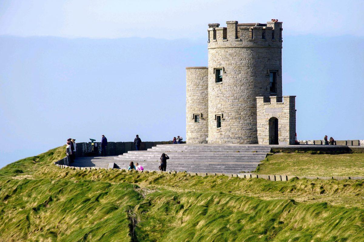 Der O'Brien's Tower wurde im Jahr 1835 von Sir Cornelius O'Brien errichtet und ist heute einer der besten Aussichtspunkte der Cliffs of Moher - © flog / franks-travelbox