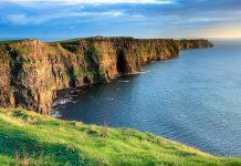 Die spektakulären Cliffs of Moher an der Westküste Irlands ragen bis zu 200m senkrecht aus dem Atlantik, Irland - © Pierre Leclerc / Shutterstock