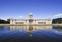 Blick auf das Custom House, das durch den prachtvollen Schmuck seiner über 100m langen Fassade am Ufer des Flusses Liffey beeindruckt, Dublin, Irland - © Maurizio Martini / Fotolia