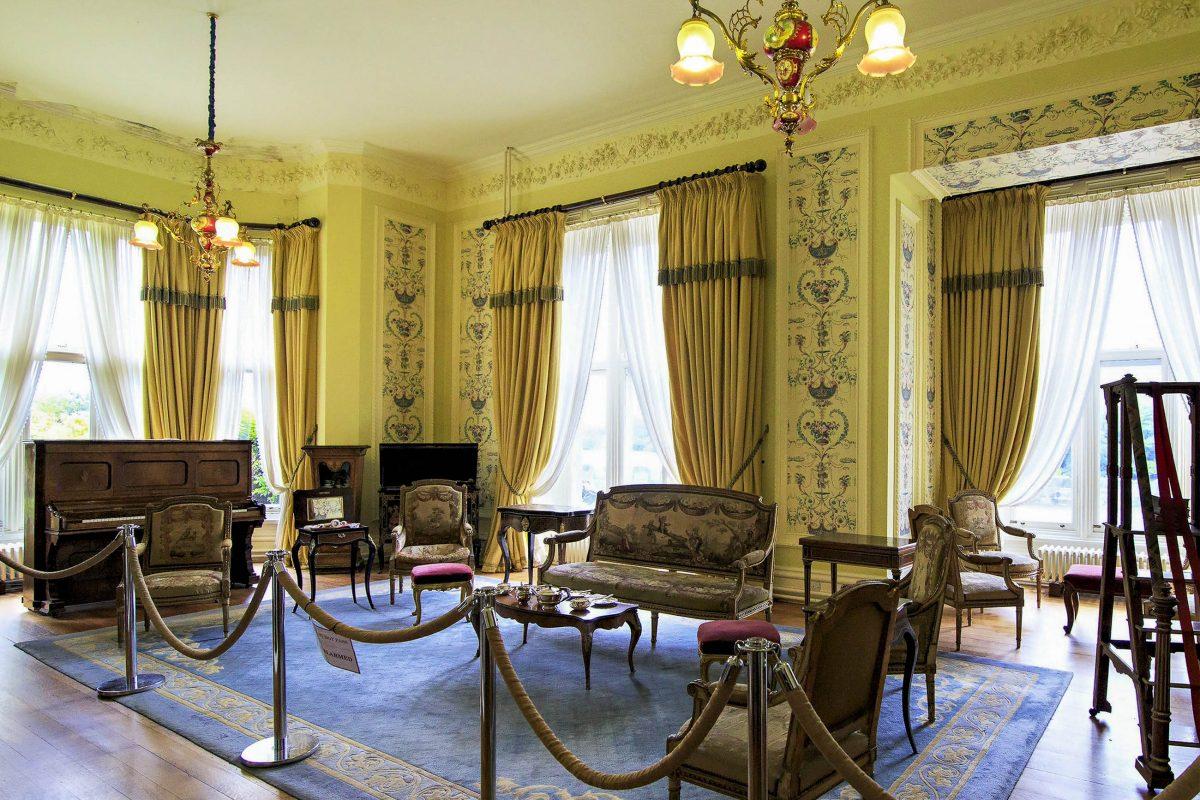 Einige Räume der Kylemore Abbey in Irland sind heute für Besucher zugänglich, Irland - © yykkaa / Shutterstock