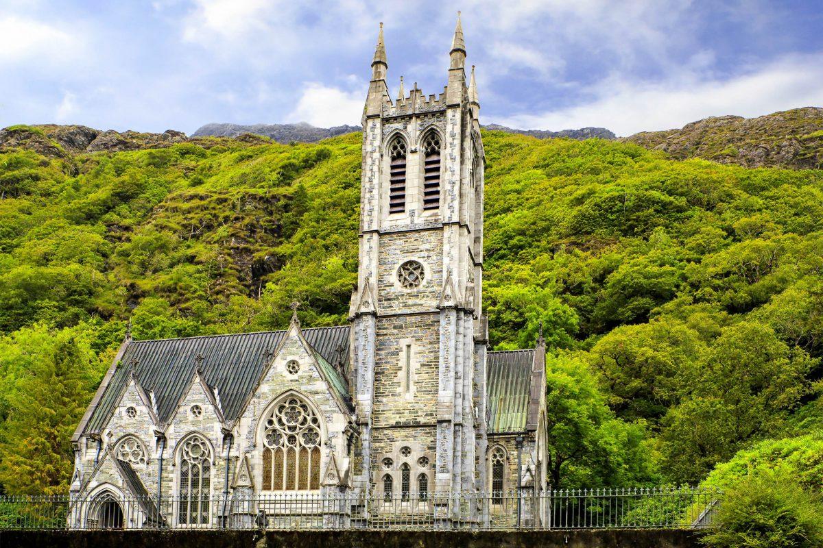 Engelsfiguren als Wasserspeier und Stützpfeiler aus Connemara-Marmor verleihen der Kylemore Abbey eine ehrwürdige Atmosphäre, Irland - © yykkaa / Shutterstock