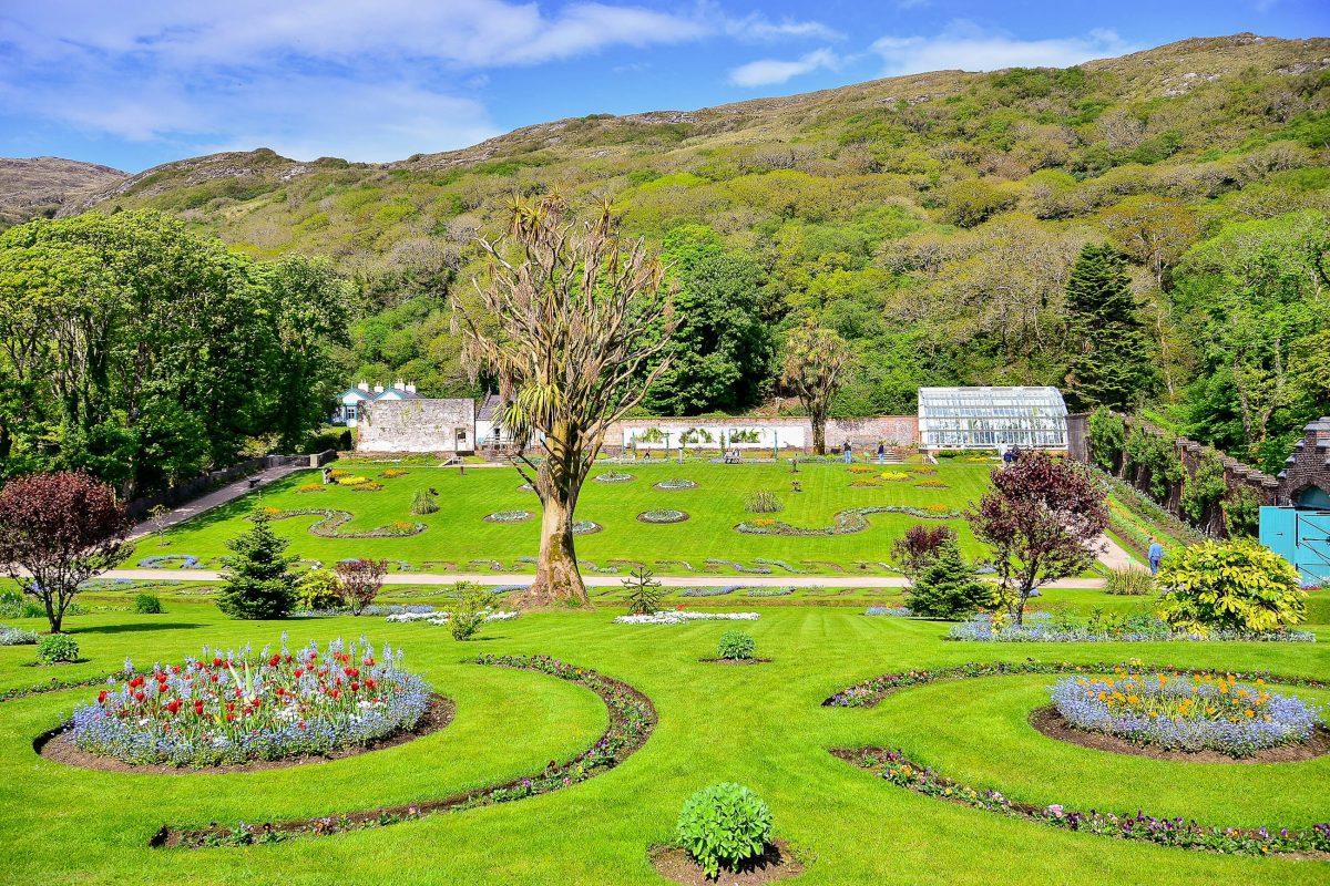 """Gut einen Kilometer von der Kylemore Abbey entfernt liegt der zur Abtei zugehörige preisgekrönte """"Walled Garden"""", Irland - © Elzbieta Sekowska / Shutterstock"""