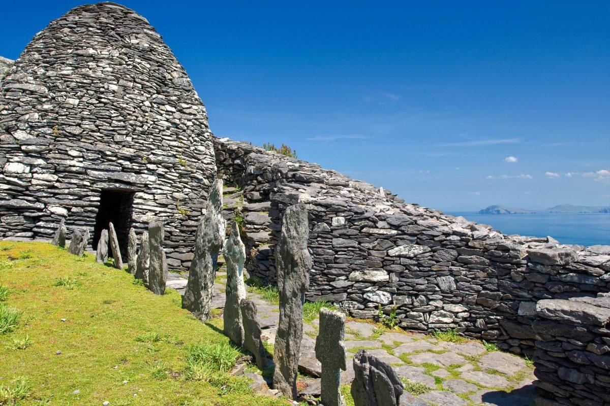 Im Jahr 588 errichteten Mönche auf Skellig Michael in Irland die ersten Gebetsräume des Klosters und eine Kapelle, Irland - © upthebanner / Shutterstock