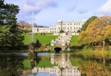 Inmitten der Powerscourt Gardens thront das Powerscourt House, das Herrenhaus der Besitzer des Anwesens, der Familie Slazenger, Irland - © spectrumblue / Fotolia