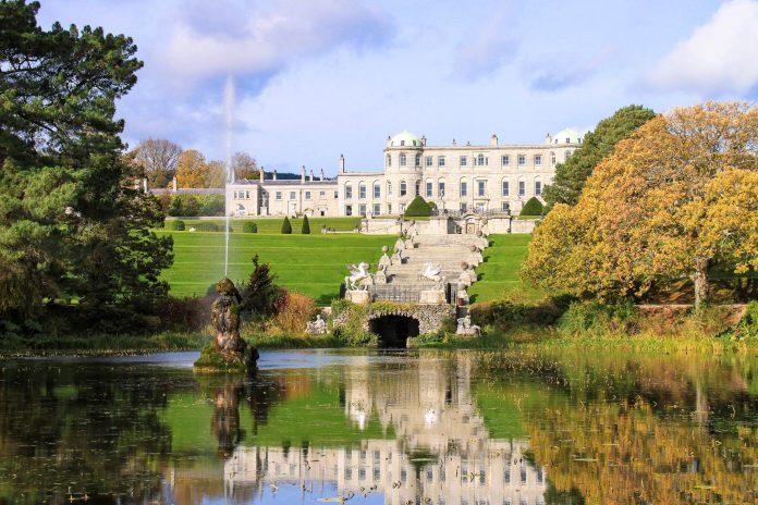 Inmitten der Powerscourt Gardens thront das Powerscourt House, das Herrenhaus der Besitzer des Anwesens, der Familie Slazenger, Irland - © spectrumblue / Fotolia