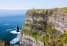 Unter dem O'Brian's Tower ragt vor den Cliffs of Moher ein markanter Felsklotz aus dem stürmischen Atlantik, Irland - © flog / franks-travelbox