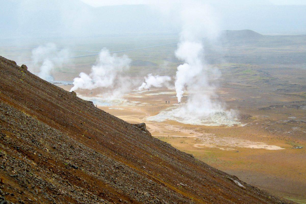 Auf dem höchsten Punkte des Namafjall angekommen, bietet sich aus 482m Höhe ein beeindruckender Blick auf die Vulkanlandschaft, Island - © FRASHO / franks-travelbox