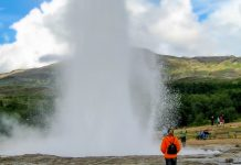 Auf den Geysir Strokkur ist Verlass, er bricht ca. alle 10 Minuten aus, Thermalfeld Haukadalur, Island - © FRASHO / franks-travelbox