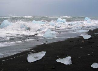 """Bei Ebbe werden die """"kleinen"""" Eisberge aus dem Gletschersee Jökulsárlón an den Strand gespült und werden dort zum Spielball der Wellen, Island - © FRASHO / franks-travelbox"""