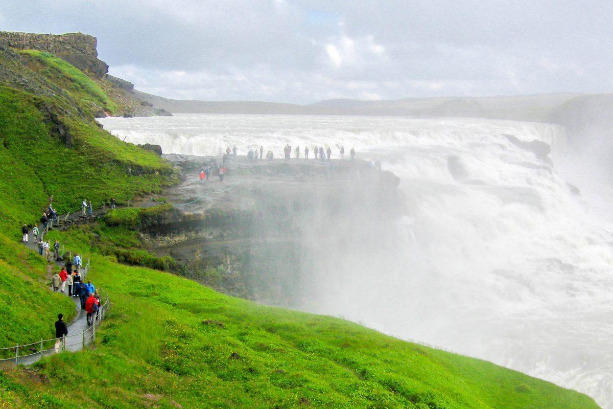 Das Beeindruckende am Gullfoss ist seine natürliche Plattform, die den Besuchern ermöglicht, das Tosen der Wassermassen aus nächster Nähe zu erleben, Island - © FRASHO / franks-travelbox