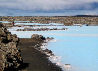 Das heilende Thermalwasser in der Blauen Lagune auf Island hat aufgrund der im Wasser gelösten Kieselsäure eine faszinierende, leuchtend blaue Farbe - © FRASHO / franks-travelbox