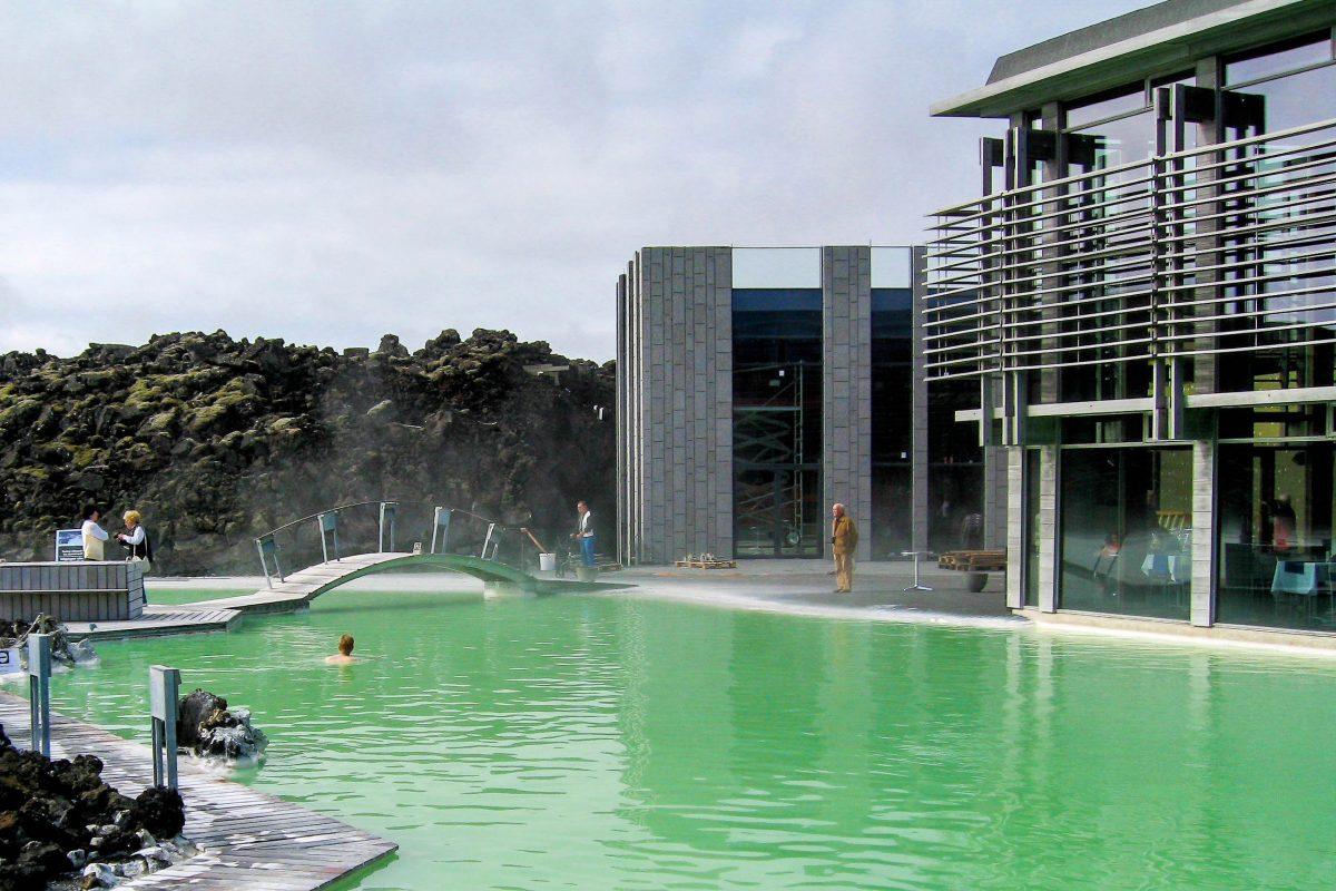 """Das heutige Bad der Blauen Lagune war in dieser Form nie so geplant, sondern entstand als """"Nebenprodukt"""" des benachbarten Geothermalkraftwerks Svartsengi, Island - © FRASHO / franks-travelbox"""