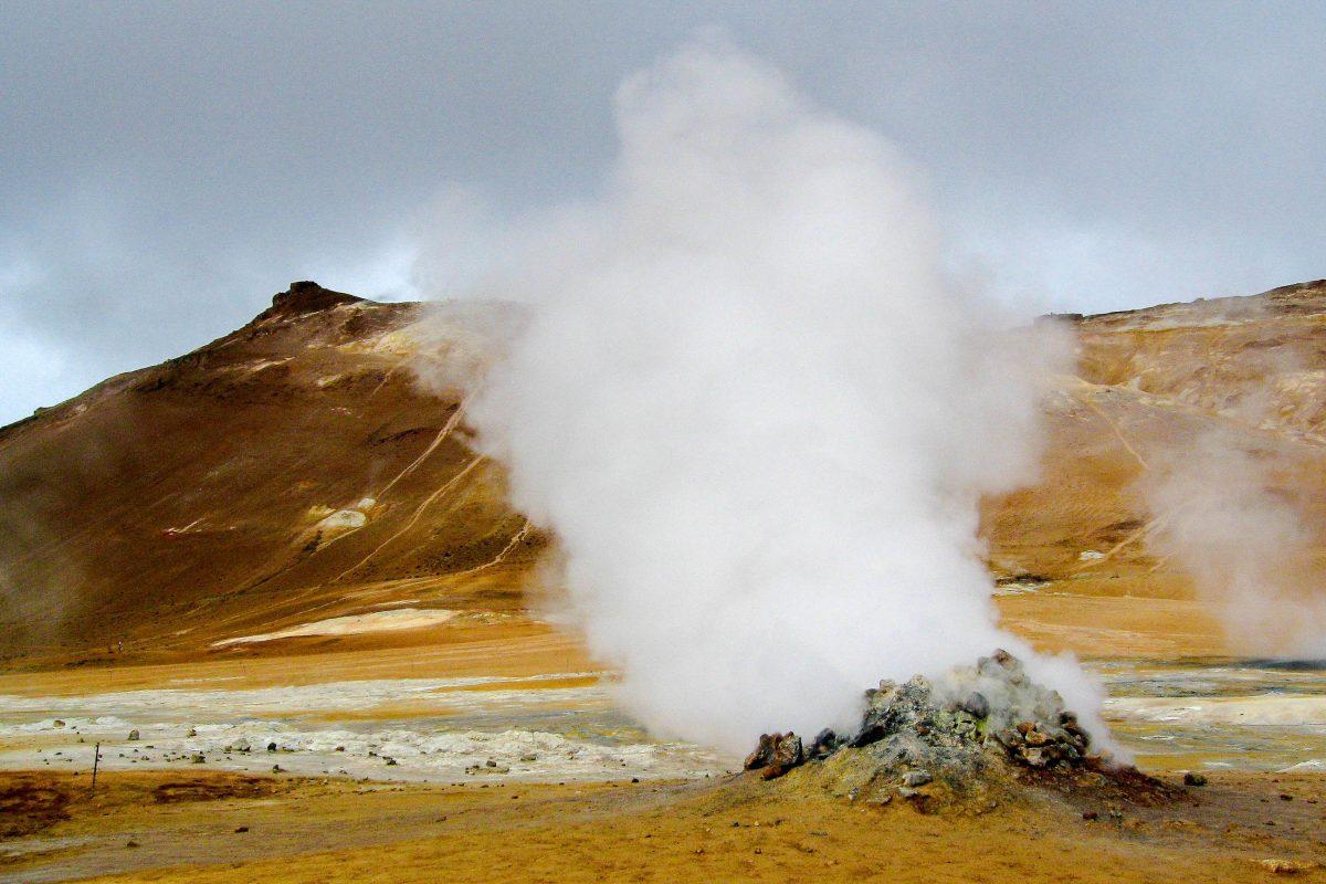Der Námafjall ist ein aktiver Vulkan und hat der Landschaft in seiner unmittelbaren Umgebung ein faszinierendes Erscheinungsbild verpasst, Island - © FRASHO / franks-travelbox
