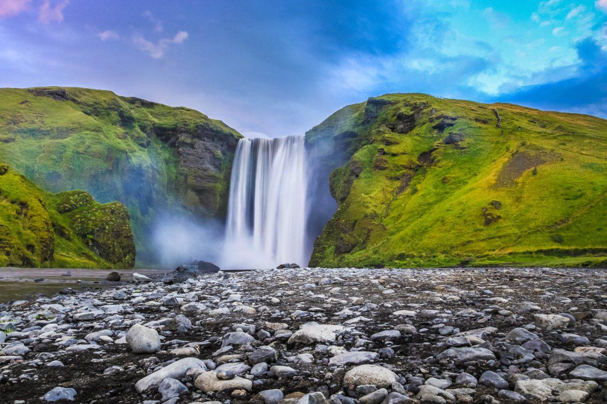 Der Skógafoss im Süden von Island stürzt auf 25 Metern Breite ca. 63 Meter über die Klippen der ehemaligen Küstenlinie in die Tiefe - © canadastock / Shutterstock