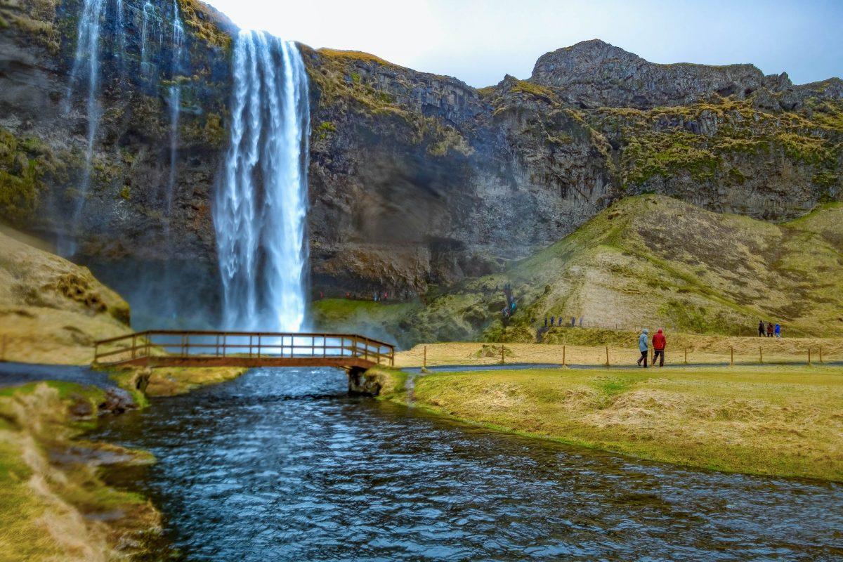 Der Trekkingpfad Laugarvegur im Süden von Island führt direkt am weithin bekannten Wasserfall Skógafoss vorbei - © Puripat Lertpunyaroj / Shutterstock