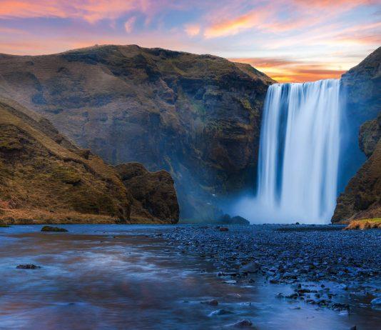 """Die Bezeichnung Skógafoss, ein Wasserfall im Süden von Island, bedeutet auf Deutsch """"Waldfall"""" - © freedom100m / Shutterstock"""