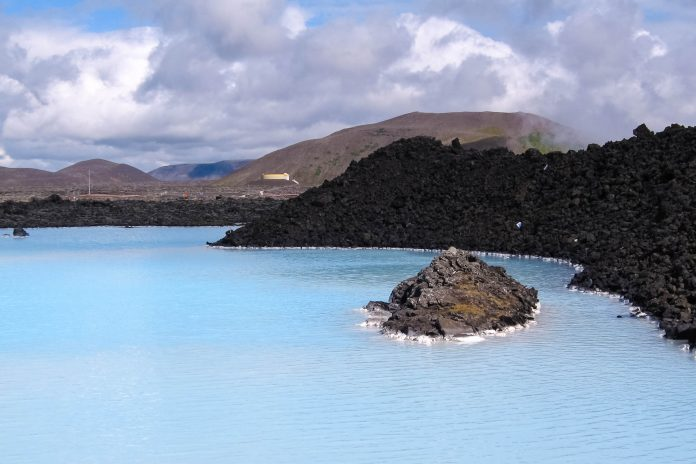 Die Blaue Lagune umgeben von Lavafelsen, Island - © FRASHO / franks-travelbox