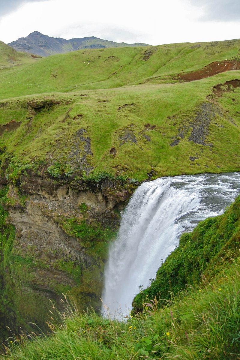 Ein schmaler Pfad führt auf den rund 70m hohen Berg, der eine fantastische Aussicht auf die Wassermassen bietet, die über die Kante des Skógafoss in die Tiefe stürzen, Island - © FRASHO / franks-travelbox