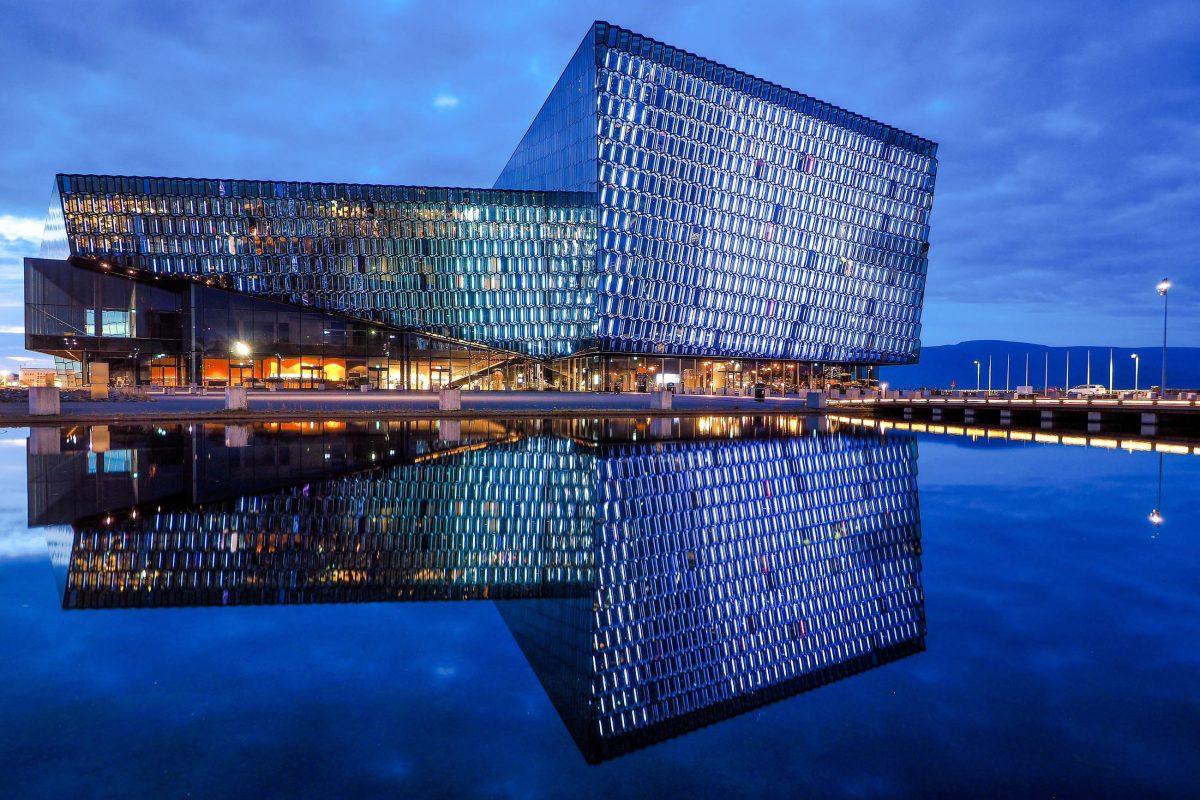Das äußerst modern gestaltete Konzerthaus Harpa liegt direkt am Hafen von Reykjavik und wurde 2011 eröffnet, Island - © Nicram Sabod / Shutterstock