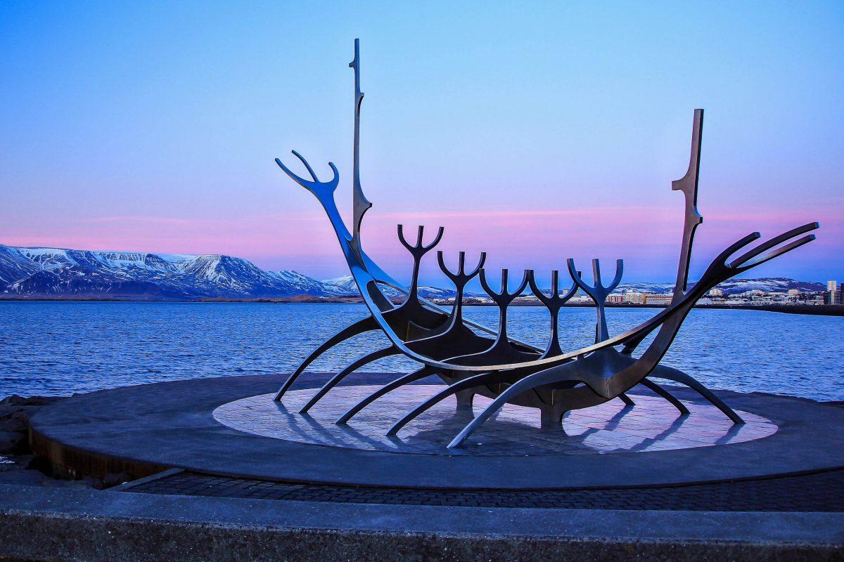 Die Skulptur Sonnenfahrt an der nördlichen Küstenstraße Sæbraut in Reykjavik, Island, wurde 1986 vom Künstler Jón Gunnar Árnason geschaffen - © Mikhail Varentsov / Shutterstock
