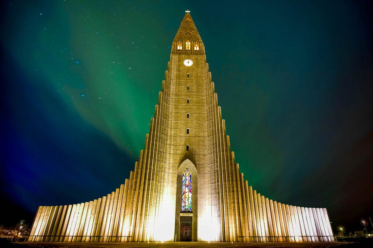 Nordlichter leuchten über der Kirche Hallgrímskirkja in Reykjavik, Island - © Kjersti Joergensen / Shutterstock