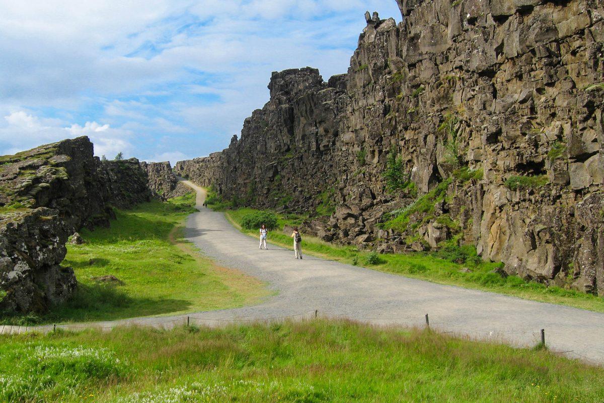Vor dem so genannten Lögberg, dem Gesetzesfelsen, fanden einst die Versammlungen der Goden im Nationalpark Þingvellir statt, Island - © FRASHO / franks-travelbox