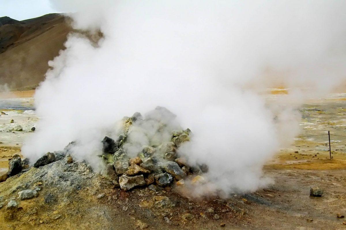 Vulkanischen Schwefeldämpfe hüllen die skurrile Mondlandschaft am Fuß des Námafjall in einen Geruchswolke nach faulen Eiern, Island - © FRASHO / franks-travelbox